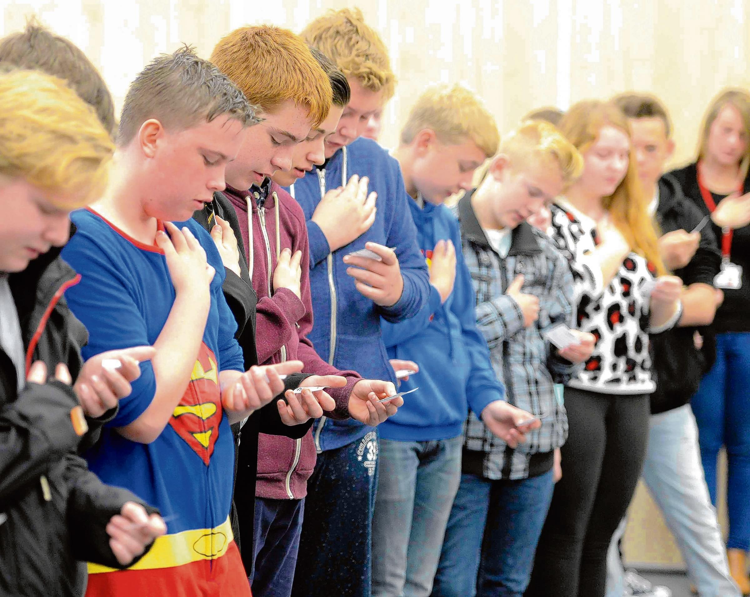 Hundreds of pupils make vow not to carry knives